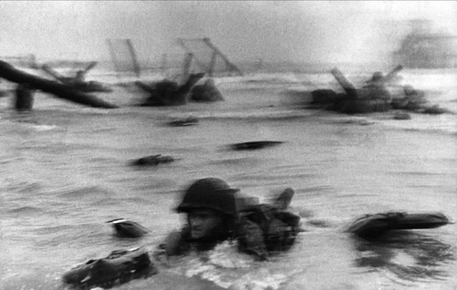 Robert_Capa_DDay_Omaha_Beach_1944