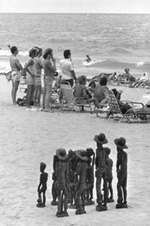 Elliot_Erwitt_beach_carvings