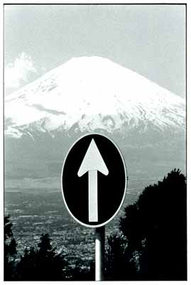 Elliot_Erwitt_MtFuji_and_Sign