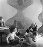 Imogen_Cunningham_Ruth_Asawa_sculptor_and_her_children_1958
